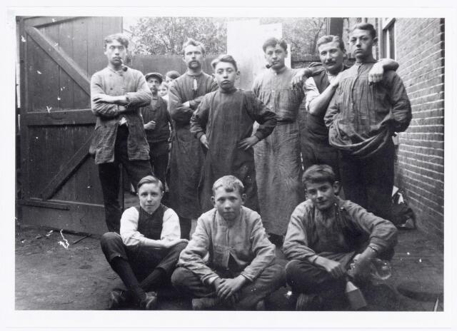 039617 - personeel van steen- en boekdrukkerij kartonnagefabriek J.B. van Gorp & zn. aan de Goirkestraat 113. Bovenaan links letterzetter N.C. Stovers. Naast hem boekdrukker Herman J.A. van den Dries. (1925)
