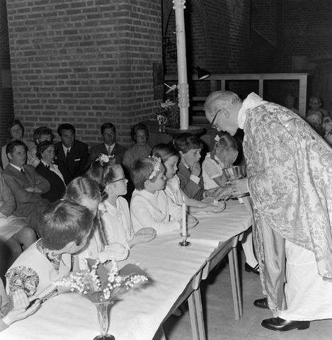 1237_012_983-5_006 - Religie. Kerk. Communicanten. De eerste Heilige Communie in de Maria Boodschap kerk in Goirle in mei 1971.