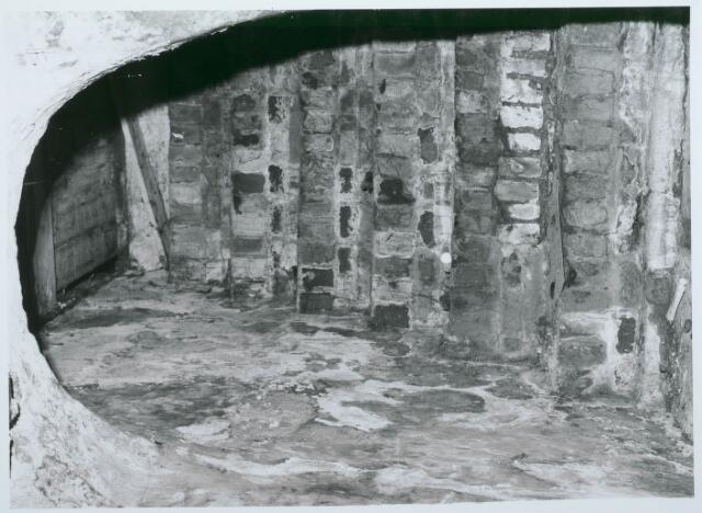 027759 - Oude Markt 8. Apotheek Bijvoet. Toegang vanuit kelder voorbouw naar open plaats. Detailopname
