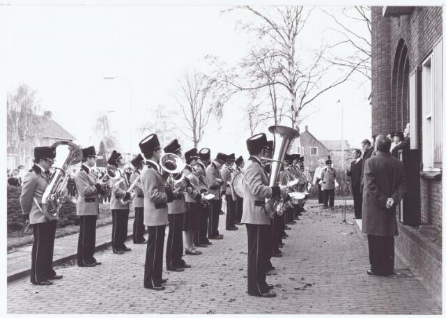 """063468 - De harmonie """"Concordia """" presenteert haar nieuwe uniformen voor het gemeentehuis aan de Raadhuisstraat 56 te Berkel ten overstaan van de burgemeester Jan Meijs, zijn echtgenote en het gemeentebestuur."""