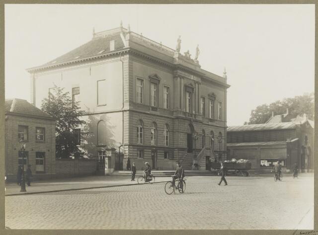 068476 - Gemeentehuis aan de Oude Markt, met rechts de boterhal. Op deze plaats, nu Schouwburgring geheten,  staat de Concertzaal