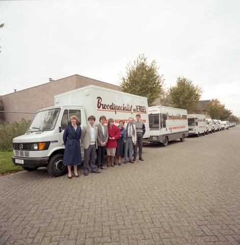 D-000227-5 - Broodspecialist van Iersel, [personeel] met bedrijfswagens voor achterzijde van de bakkerij aan Ledeboerstraat 27, foto genomen ter hoogte van de Jules de Beerstraat