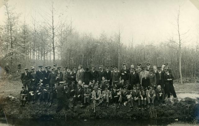 656379 - Kerkelijk erkende fietsbedevaart Tilburg-Kevelaer in 1941. Rijwielprocessie naar den H. Eik Oirschot.