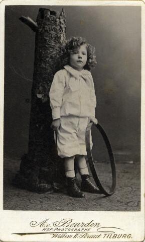 092193 - Caspar Arnoldus Antonius Josephus Maria Houben, geboren op 14 maart 1892 te Tilburg als zoon van Casper Marie Hubert Houben en Coleta Melania Bernardina Mutsaers.  Hij was een zwager van burgemeester Van de Mortel en overleed ongehuwd op 14 september 1957.
