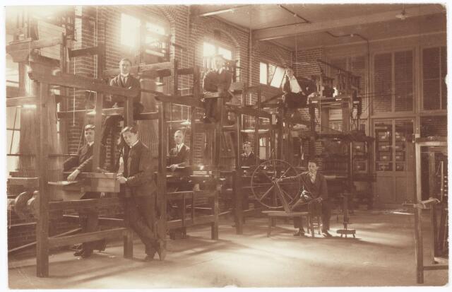052131 - Onderwijs. Textielschool. Een afdeling van de Ambachts- en Industrieschool aan de Spoorlaan. Interieur Weverij.