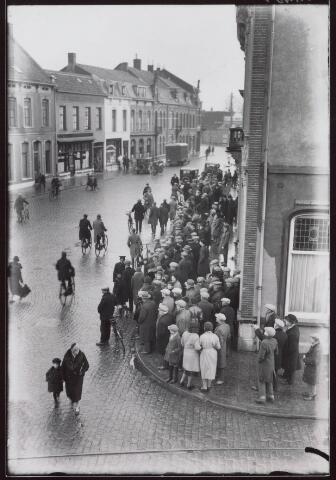 021228 - Grote belangstelling daags na de brand bij café De Valk eind december 1931
