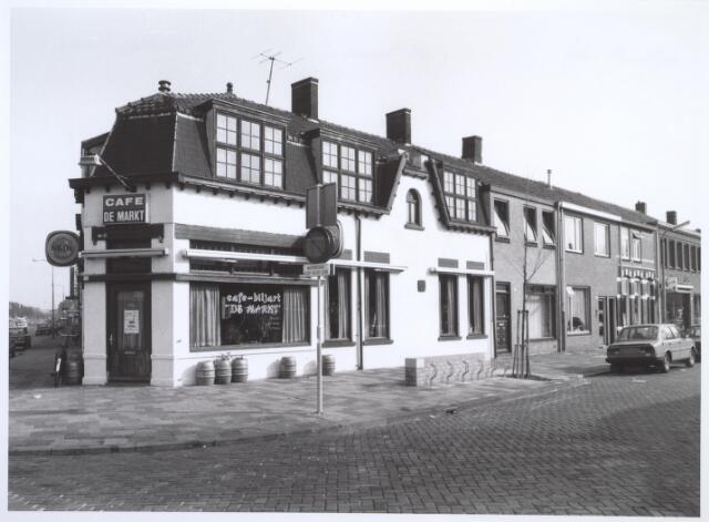 026801 - Café De Markt aan het Besterdplein, op de hoek met de Molenbochtstraat (links) en Nicolaas Pieckstraat (rechts)