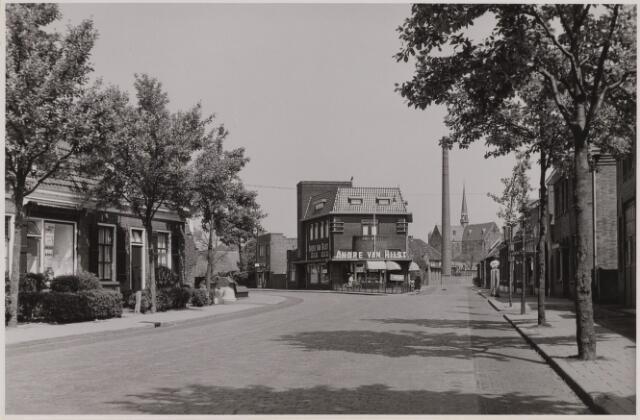 085768 - Tramstraat met op de splitsing kruidenierswinkel André van Hilst. Schoorsteen van de Looierij en Schoenfabriek van Loon. Op de achtergrond de gesloopte St.Josephkerk. rec hts de benzinepomp van Van de Wou.