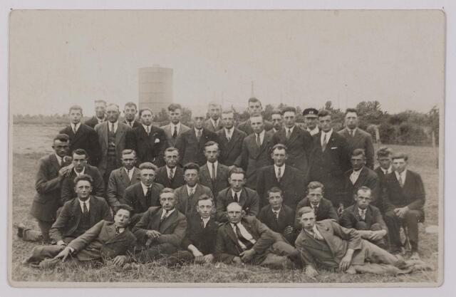 041224 - Landbouworganisaties. Boerenbonden. Excursie van de R.K. Jonge Boeren naar een chemisch bedrijf voor kunstmest en stikstoffen