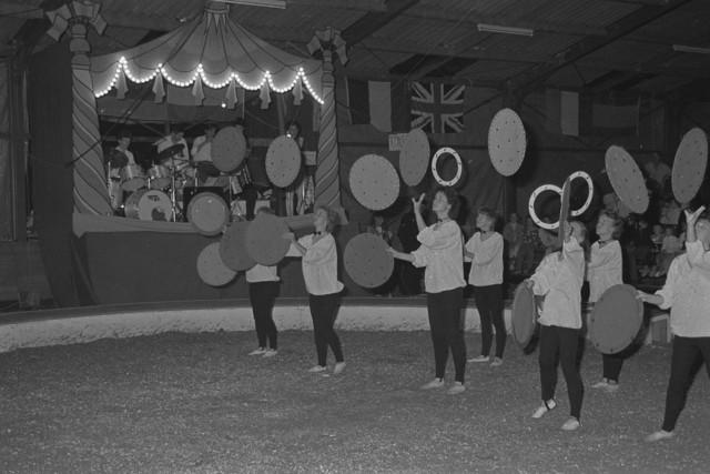 TLB023002532_004 - Een circus act, een stel dames aan het jongleren met ronde schijven