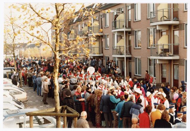 053249 - Intocht van St. Nicolaas op 17 november 1985. foto: aankomst bij Tamboerskade, opstelling majorettencorps en verwelkoming van Sinterklaas.