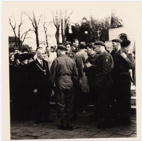 012571 - Tweede Wereldoorlog. Bevrijding.  Burgemeester Van de Mortel in gesprek met een aantal geallieerde officieren tijdens een parade van Shotse pijpers op de Markt
