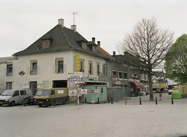 TLB023000063_001 - Bouw- en verbouwactiviteiten met links op de foto het latere Cafe Cher en rechts op de foto, de bouw van Mc Donald's