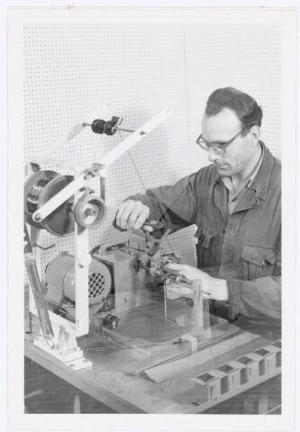 038689 - Volt. Waarschijnlijk Turnhout. Het wikkelen van transformatoren waarmee men in Turnhout in 1955 van start ging. Fabricage of productie vond in Turnhout plaats van 1955 t/m 1977.