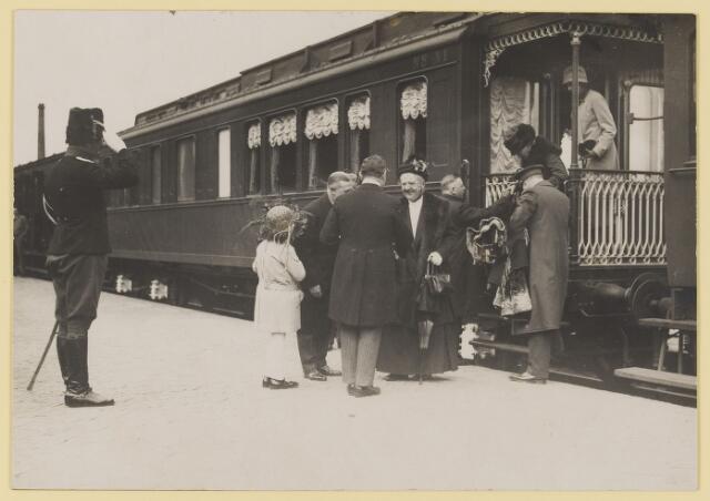 075498 - Koninklijk bezoek. Koningin Moeder Emma bezoekt Oisterwijk  op 19 mei 1930. aankomst op het station