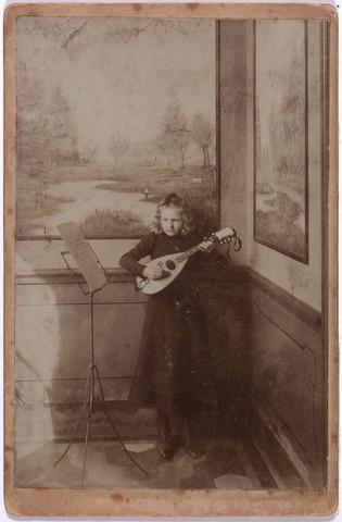 004184 - Anna Philomena C.M. (Anneke) van DIJK, geb. 22-9-1891 te Tilburg als dochter van Josephus L.A. van DIjk (1853-1895) en Maria Anna van Roessel (1857-1900). Zij kwam op 53-jarige leeftijd om het leven toen op 2-2-1945 een vliegende bom (V-1) neerstortte op keuken en kapel van pension Mariëngaarde aan de Burg. Damsstraat 15. Ook haar oudere zusje Constance kwam daarbij om het leven. In totaal waren er 22 doden te betreuren.