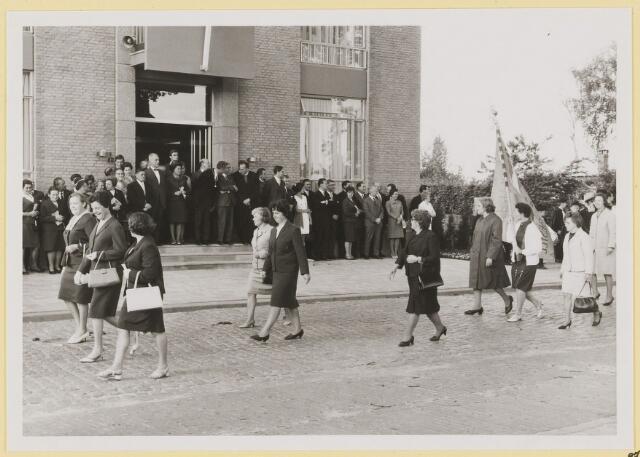 072999 - Opening gemeentehuis door de Commissaris van de Koningin Kortmann. Defilé verenigingsleven vóór het gemeentehuis. Boerinnenbond.