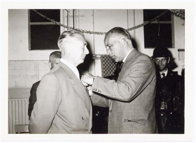 039450 - Volt, Zuid. Hulpafdelingen, Brandweer. Ir. Meijer, directeur van Volt,  speldt de heer G. van Peer het Zilveren Kruis van de Nederlandse Vereniging van Brandweercommandanten op tijdens zijn 25-jarig brandweer jubileum op 25 juni 1962.