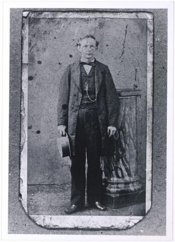 005406 - Hubertus Johannes PETERS (Tilburg 1843), meester-schoenmaker en laarzenmaker. Hij was een zoon van schoenmaker Abraham Peters (geb. Hilvarenbeek 1809) en Paulina van Oirschot (Tilburg 1813-1861). Hij trouwde in 1881 met Johanna Cornelia de Keijser.     (reproductie; origineel niet in collectie aanwezig)