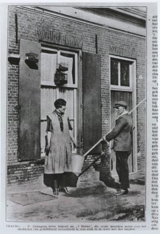 """027626 - Uit Brabantse Illustratie 14 maart 1928, blz. 795. Zie ook blz. 791. P. Schwagten, beter bekend als """"'t Belske"""", die reeds meerdere malen voor het smokkelen van gedistilleerd veroordeeld is, was druk in de weer met den raagbol."""