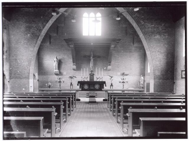 016787 - Mariëngaarde. Interieur van de kapel van pension Mariëngaarde. De kapel werd op 2 februari 1945 getroffen door een  V1, waardoor in totaal 22 mensen gedood werden. In de kapel was juist een H. Mis aan de gang vanwege Maria Lichtmis. De priester, Mgr. Sweens en zijn misdienaar Wim van Pelt, alsmede 8 aanwezige bewoners vonden de dood. In de aangrenzende van Meursstraat kwamen nog eens 12 mensen om. De kapel werd binnen een jaar weer identiek herbouwd.