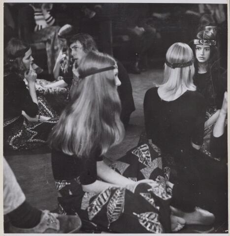 100695 - Toneel. Bewegingsspel 'Zolder-Theater'.