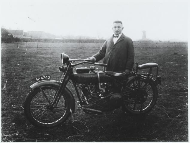 056239 - Gemeentesecretaris A. Smits met zijn motor. Op de achtergrond de Dorpsstraat en de Nieuwe Rielseweg.