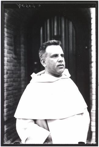 008104 - Prof.dr. H.J.M. Weve (1884-1976) geb. te Nijmegen. Rector magnificus 1949-1950, hoogleraar aan de K.E. Hogeschool (1954) van 1927-1970 rector Cenakel. Hij overleed te Tilburg op 18-3 1976.