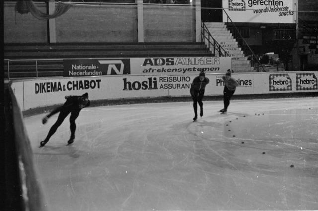 656860 - Schaatsfeest IJsvrij in de Pellikaanhal. Georganiseerd in samenwerking met de ANWB op 9 februari 1985.   Sport. Schaatsen.