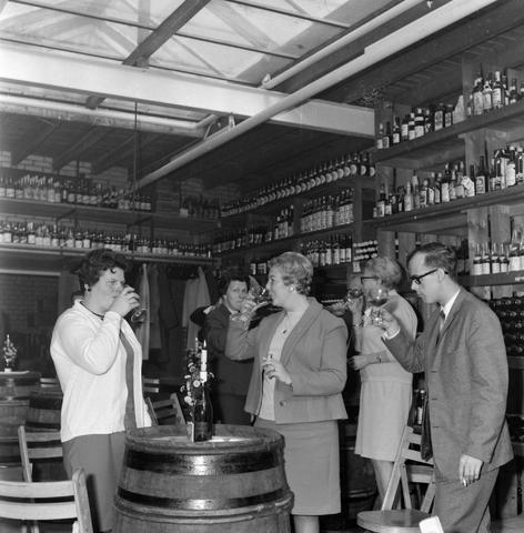 1237_012_1019_005 - Wijn . Wijnhandel. Opening Wijnhandel van Bilsen 1967. Inwijden.