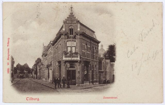 003049 - Links de Zomerstraat richting Korvel. Nadat een groot deel van de Zomerstraat was gesloopt voor de aanleg van de Schouwburgring, kreeg het resterende deel van de Zomerstraat de naam Heuvelstraat. Alleen het gedeelte tussen de Schouwburgring en het Lieve Vrouweplein hield de naam Zomerstraat. Rechts het begin van de Bredaseweg. Op de achtergrond de koepel van de St. Anna kerk. Op de hoek het pand Zomerstraat nr. 29, rond 1900 Zomerstraat M584. In dit pand was toen de handel in gedistilleerd enz. van P.J. Knegtel gevestigd, bekender als de firma Knegtel-Latour. Firmant Piet Knegtel verhuisde zijn zaak in 1917 naar de Heuvelstraat, waar hij in 1918 overleed de Spaanse griep. Zomerstraat 29 werd overgenomen door wijnhandelaar W.J. Knegtel. Een tweede wijnhandelaar in die tijd in de Zomerstraat op nr. 22 was Oscar Diepen. In het pand nr. 29 zat later de firma Hombergen-Diels, 'in dames en kinderhoeden'.