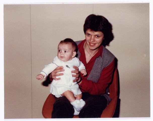 039405 - Volt, Noord. Hulpafdeling, Medische Dienst, Verbandkamer. De Belgische medewerkster Mw. Lauwers-Timmermans uit de afdeling LOT, was de eerste moeder welke haar baby mee naar het werk nam. De borstvoeding werd gegeven in de verbandkamer / Medische Dienst. Zuster Riet Halkes was de kinder-oppas omstreeks 1983.