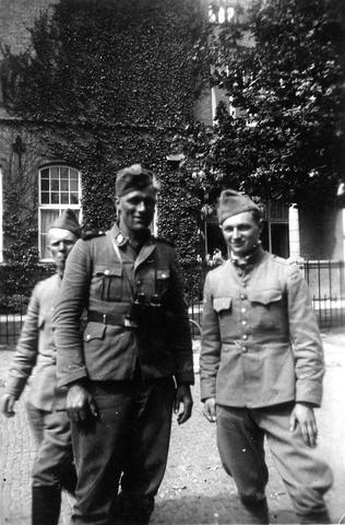 """830001 - WO2: WOII; Tweede Wereldoorlog. Oorlogsjaren. """"Gesprek met SS-er, welke alle grote gebeurtenissen meemaakte vanaf 1933"""" Rechts soldaat Jan Naaijkens"""