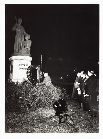 008957 - Kranslegging bij het beeld van Petrus Donders aan het Wilhelminapark op de vooravond van zijn geboortedag.