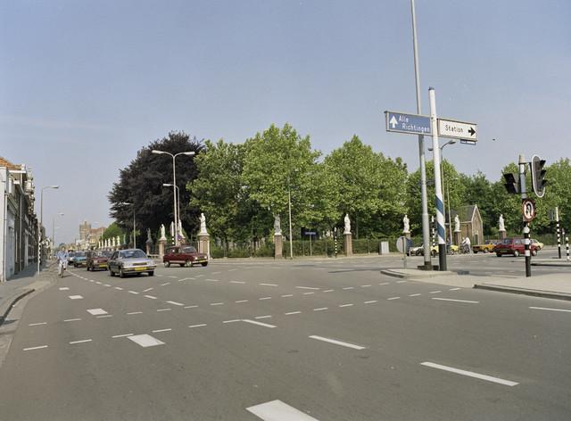 """TLB023000126_001 - Katholieke Begraafplaats Binnenstad is de oudste """"dodenakker"""" van Tilburg en wordt gesierd door een hekwerk met heiligenbeelden. De beeldengalerij en de calvarieberg op deze begraafplaats zijn in 1974 op Rijksmonumentenlijst geplaatst."""