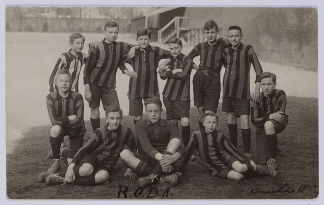049090 - Voetbal. Elftal van voetbalclub RODA (waarschijnlijk op het klein seminarie te St. Michielsgestel). Op de eerste rij v.l.n.r. P. Smulders, Vlutters en Matheï. Knielend links Van Weli, rechts Holtkamp. Op de laatste rij v.l.n.r. Bernard de Beer, W. van der Schoot, J. Swagemakers, J. de Beer en J. Eras.