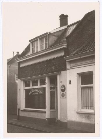 017115 - Bakkerswinkel aan de Capucijnenstraat/Klaverstraat. Hier woonde Jo van Kalkhoven.