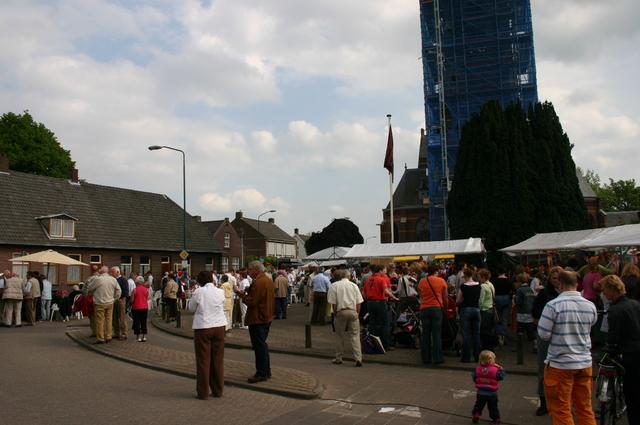 657220 - Sint Job viering in Berkel-Enschot op het plein voor de Sint Ceciliakerk.  Op de tweede, of soms derde, zondag van mei gaan mensen op bedevaart naar Sint Job in Enschot. Dit is tegenwoordig een dorpsfeest, met pleinfeest Sint Job.
