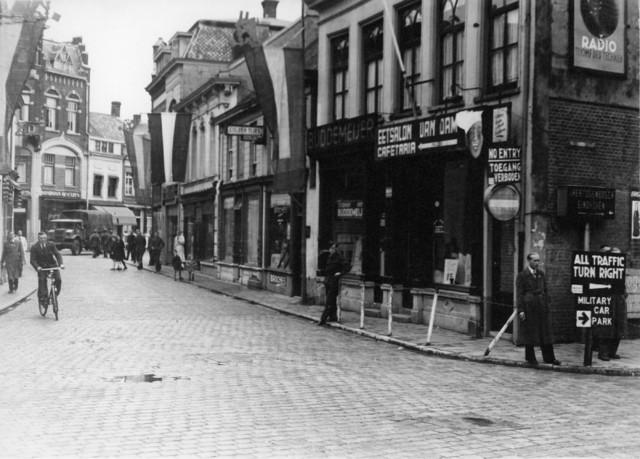 1238_F0430 - Bevrijding Tilburg. Rechts op de hoek de Eetsalon Van Dam, cafetaria.