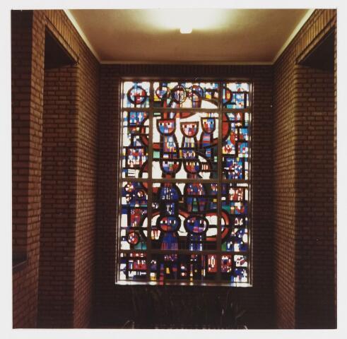 067720 - Odulphus. Glas-in-lood-raam uit 1933 van Frans SMEETS (Ottersum 1925). Lokatie: trappenhal van de tweede verdieping van het St. Odulphuslyceum.   Trefwoorden: Kunst in de openbare ruimte. Onderwijs.