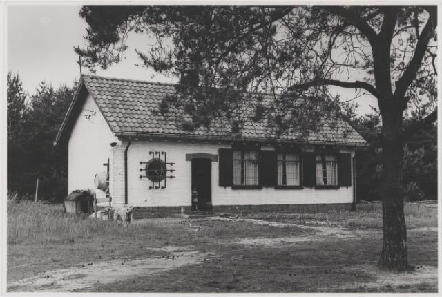 082343 - Dit huis stond op een open plek in de bossen ten noorden van de Oude Rijksweg. In de oorlog waren hier opslagplaatsen geweest. Het gebied werd na de oorlog door de Nederlandse Landmacht gebruikt als oefenterrein. Het huis is inmiddels gesloopt.