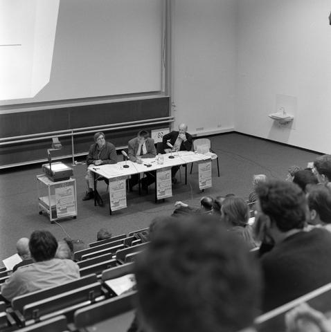 1237_001_006_005 - Hoger Onderwijs. De studiezaal van de Katholieke Universiteit Brabant (tegenwoordig Tilburg University) tijdens een Studium Generale over sociale onzekerheid AOW.