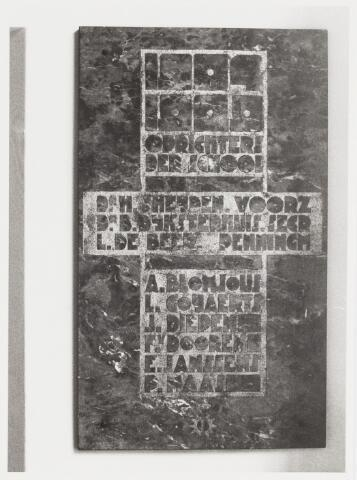 067745 - Marmeren GEDENKSTEEN met de namen van de oprichters van de Ambachts- en Industrieschool. De steen werd aangebracht tgv het 25-jarig bestaan van de school, die destijds gevestigd was aan de Spoorlaan 434. Later is hij geplaatst in de nieuwbouw van de RK LTS Westhoeve, aan de Reitse Hoevenstraat. De namen: dr. H. vd Heijden, voorz. - dr. B. Dijkstra, secr. - L. de Beer, penningm. - A. Blomjous - L. Gooijaarts - J. Diepen - E. Janssens - P. Maas. TREFWOORDEN: Kunst in de openbare ruimte. Onderwijs.