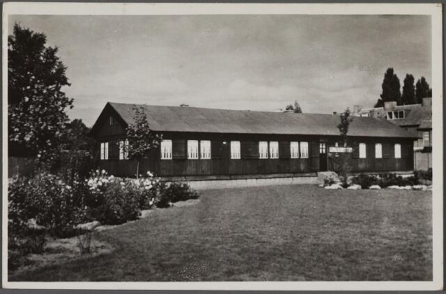 010587 - Het christelijk militair tehuis 'de Ark' werd in 1947 geopend aan de Van Lennepstraat nr. 3. Het was gevestigd in een houten Zweedse barak die ter beschikking was gesteld door de afdeling Tilburg van de Wereldraad van Kerken. Van de gemeente moest het gebouw binnen vijf jaar vervangen worden door een stenen gebouw. Door geldgebrek werd het tehuis begin 1951 echter gesloten. Voor het behoud werd in november 1951 een bazar gehouden in hotel de Lindeboom onder leiding van H. Lauwaars, voorzitter van de afdeling Tilburg van de Nederlandse Militaire Bond 'Pro Rege'. De actie slaagde en het tehuis bleef open tot 1959. Op vrijdag 6 maart 1959 werd een nieuw protestant militair tehuis geopend op de hoek Olijfstraat/Plataanstraat.