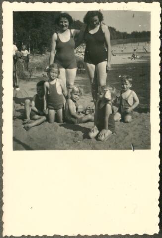 650083 - Verhoeven. Dagje uit. Gezin Verhoeven met bevriend gezin Gaillard. Staand Jet Verhoeven-Lafèbre (1912-2001) en rechts Dini Gaillard. Zittend: Sjef Verhoeven (1944), Elly Gaillard (1947), Herman Gaillard, Els (1946) en Ton (1947) Verhoeven. Vroeg in 1949.