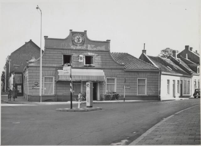 021247 - Horeca. Café Bellevue op de kruising Bosscheweg (links) en St.-Josephstraat. Op deze plaats staan nu luxe appartementen met dezelfde naam