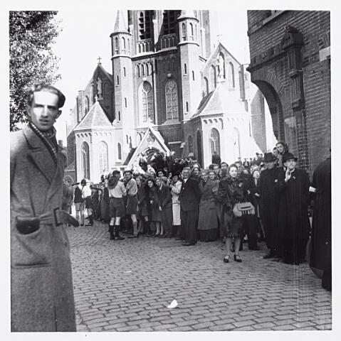 012155 - WO2 ; WOII ; Tweede Wereldoorlog. Bevrijding. Een grote menigte Tilburgers wacht bij de Raadhuisstraat op de komst van de bevrijders