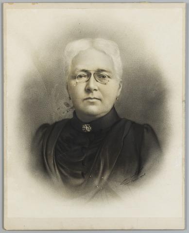 068518 - Maria Johanna Ludovica van Beugen, geboren te Amsterdam op 30 maart 1839. Zij trouwde met Adrianus Michael Goyarts. Geretoucheerde foto uit 1903