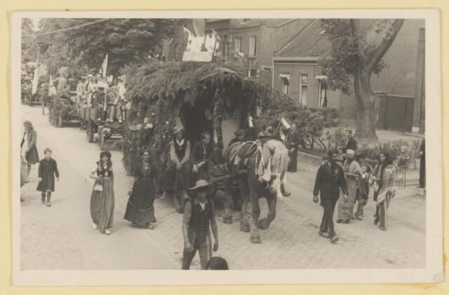 080869 - WOII; WO2; Bevrijding Udenhout 1945. De optocht Zigeunerswagen (Steenenpoort).