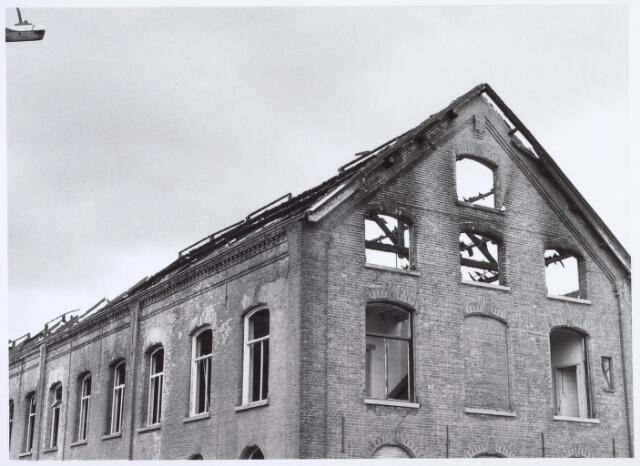 019389 - Het complex van de voormalige wollenstoffenfabriek W. Schoenmakers na de brand in juni 1981. Tot 1958 was het eigendom van de firma Eras. Na het faillissement van Schoenmakers was er cartonnage Van Opstal gevestigd. Het werd in 1875 gebouwd